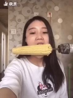 Watch: Girl's attempt to eat corn on the cob off a drill goes horribly wrong