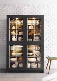 Vitrine cuisine noire - Lilly is Love Kitchen Lighting Design, Modern Kitchen Design, Dining Room Design, Interior Design Kitchen, Interior Modern, Crockery Cabinet, Cabinet Decor, Cabinet Design, Armoire Entree