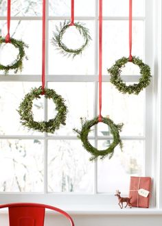 skandinavische weihnachtsdeko fensterdeko ideen The Effective Pictures We Offer You About pinecone Wreath A quality picture can tell you many things. You can find the most beautiful pictures that can Noel Christmas, Merry Little Christmas, Winter Christmas, Christmas Crafts, Green Christmas, Christmas Windows, Christmas Ideas, Thanksgiving Holiday, Christmas Design
