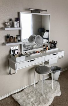 Best elegant small bedroom design ideas with stylish, art touching, and clean design. Small bedroom is best choice for your home with small space. Vanity Room, Small Bedroom Vanity, Mirror Vanity, Bedroom Makeup Vanity, Makeup Table Vanity, Vanity Set Up, Vanity Bathroom, Bedroom Vanities, Makeup Vanity Tables