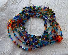 Bransoletka z kolorowymi koralikami, na mocnej gumce kauczukowej. Bransoletka zawijana i wsuwana na rękę. Można również nosić jako naszyjnik.