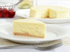 Explore our favourite baked cheesecake recipes and pick up a host of handy tips in this guide. From classic vanilla to tangy raspberry, these recipes prove why cheesecake is one of our absolute favourite desserts. The Cheesecake Factory, Keto Cheesecake, Classic Cheesecake, Coffee Cheesecake, Homemade Cheesecake, Vegan Cheescake, Cheesecake Vanille, Easy Cheesecake Recipes, Chocolate Cheesecake
