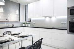 Biała kuchnia z czarnymi elementami. Zadziorna kompozycja! #design #urządzanie #urząrzaniewnętrz #urządzaniewnętrza #inspiracja #inspiracje #dekoracja #dekoracje #dom #mieszkanie #pokój #aranżacje #aranżacja #aranżacjewnętrz #aranżacjawnętrz #aranżowanie #aranżowaniewnętrz #ozdoby #kuchnia #kuchnie