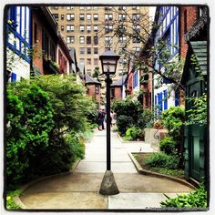 8 Old World Style Spots in NYC for an Urban Respite: City Island, Grove Court, Pomander Walk, Sylvan Terrace, Washington Mews... There are many areas that retain the charm of old New York, from small streets in the West Village to hidden alleys in Murray Hill, even including an area in Staten Area!