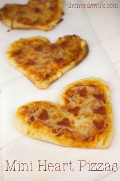 Mini Heart Pizzas - heart-shaped dough with heart-shaped pepperonis - a fun meal to serve on Valentine's Day! Valentines Day Food, Valentine Treats, Valentines For Kids, Valentine Heart, Valentine Desserts, Mini Pizzas, Comida Pizza, Quiches, Good Food