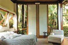 O quarto, criado por Márcia Müller, foi baseado nos critérios de sustentabilidade. Os caixilhos foram feitos de madeiras cumaru e maçaranduba. As portas de vidro permitem que a vista seja para a mata litorânea de Angra dos Reis, Rio de Janeiro.