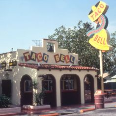 Bite of History: In Taco Bell founder Glen Bell opened Bell's Drive-In in San Bernadino. Seeing the fast-food industry growth, Bell opened the first Taco Bell in 1961 at 7126 Firestone Boulevard in Downey, CA. Taco Bells, Vintage Restaurant, Fast Food Restaurant, Classic Restaurant, Ringo Starr, Beatles, Food Spot, Fast Food Chains, Anos 60