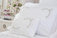 Para harmonizar a decoração do quarto e do banheiro, escolhemos dois conjuntos de lençóis e toalhas com bordados românticos e delicados. São flores e mais flores, ora isoladas, ora combinadas com delicadas listras em rosa, que ficam perfeitas com mantinhas em tricô rosa ou verde, a colcha e complementos em patchwork e almofadas e mais almofadas, um verdadeiro convite para se relaxar.