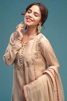 Silk Kurti Designs, Patiala Suit Designs, Simple Outfits, Chic Outfits, Fashion Outfits, Muslim Fashion, Bollywood Fashion, Heavy Dresses, Kurti Embroidery Design