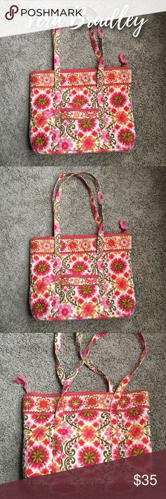 Vera Bradley Tote Vera Bradley Tote • Small Zipper Pouch on Outside • 6 Pockets on Inside • Great Condition • Please let me know if you have any questions or need additional pictures! ❤️ Vera Bradley Bags Totes