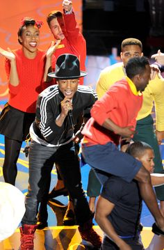 Pharrell Williams performing Happy #Oscars