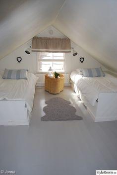 vindsvåning,gardiner,vind,sovrum,måla trägolv
