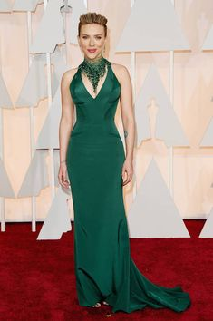 2015 Oscars Red Carpet - Scarlett Johansson in atelier Versace. Scarlett being Scarlett. This dress makes her look as sexy as ever. She is beautiful and is a very own decision. The only thing we missed was his golden wavy hair. Scarlett Johansson, Robes D'oscar, Vestidos Oscar, Versace Gown, Mode Glamour, Atelier Versace, Versace 2015, Oscar Dresses, John Travolta