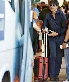 Auschecken als Weltmeister: Jogi Löw verlässt das Hotel in Rio, schiebt seinen Koffer zum Bus