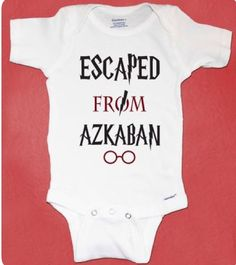 Harry Potter inspirierte Baby-Strampler, aus Askaban geflohen, Harry Po … - Baby Diy Harry Potter in Baby Harry Potter, Harry Potter Baby Clothes, Cadeau Harry Potter, Harry Potter Nursery, Harry Potter Baby Shower, Baby Shower Gifts, Baby Gifts, Kids Gifts, Estilo Harry Potter