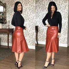 Qual você usaria? Deixe sua opinião nos comentários  ______________________________________________  Sigam @princesasfashionoficial… Blouse And Skirt, Dress Skirt, Sexy Skirt, Classy Outfits, Casual Outfits, Elegantes Outfit Frau, Long Leather Skirt, Casual Dresses, Fashion Dresses