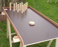 Le bowling sur table :  Dimensions : plateau de 120 cm de long sur 60 cm de large. Nombre de joueurs : 1 à 4 joueurs. But du jeu : A l'aide d'un palet à faire glisser, faire tomber un maximum des 10 quilles.