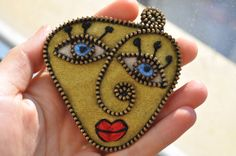 Hand made felt and zipper abstract face brooch Zipper Crafts, Abstract Faces, Mosaic, Arts And Crafts, Craft Ideas, Brooch, Ceramics, Inspired, Unique Jewelry