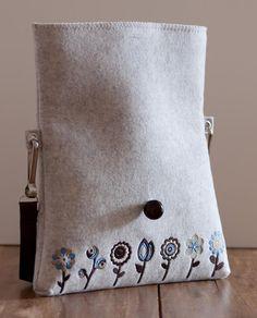 Bolsa de mano bordada de lana fieltro