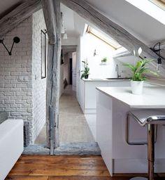 Sous les combles, la cuisine ouverte est faite sur-mesure et s'adapte à l'espace de vie.