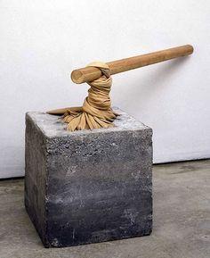 Giovanni Anselmo, Torsione, 1968. L'œuvre réunit deux matériaux aux énergies et matières contrastées, du tissu (futaine) qui a été tordu par un enroulement sur lui-même et une barre de fer enfilée dans la torsade qui maintient la torsion par son poids.