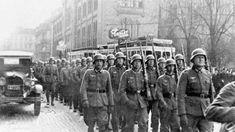 Tyske soldater som marsjerer gjennom Karl Johan i Oslo.