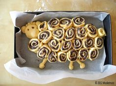Easter lamb rolls-think I could do this with Pillsbury cinnamon rolls!
