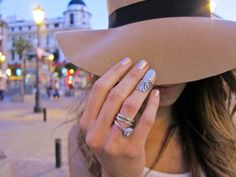 Fingertip ring. Holy crap, I want one!! =}