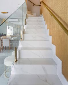 Stunning composition of this staircase! House Staircase, Staircase Railings, Interior Stairs, Home Interior Design, Glass Stair Balustrade, Marble Stairs, Stair Railing Design, Modern House Design, Door Design