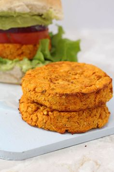 Delicious vegetarian burgers packed with nutritious sweet potato and chickpeas and flavoured with cajun spices! Burger Recipes, Baby Food Recipes, Vegan Recipes, Cooking Recipes, Chickpea Veggie Burger Recipe, Vegetarian Burgers, Veggie Burgers, Vegetarian Meals For Kids, Healthy Meals For Kids