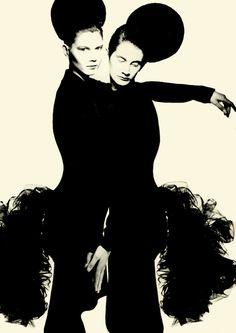 Studio.Yamamoto 1986 by Nick Knight. Đây là một trong những thiết kế độc đáo của Yojji Yamamoto với kiểu tóc kì lạ, và tạo dáng lưỡng tính