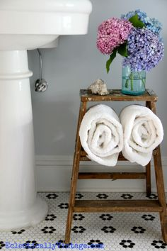 Love this vintage bathroom - and the old ladder storage!  eclecticallyvinta...