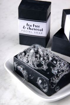 diy soap This Tea Tree amp; Charcoal Facial Soap recipe contains tea tree essential oil and charcoal, which are great for oily skin. Step-by-step video included. Tea Tree Essential Oil, Essential Oils, Diy Cosmetic, Diy Peeling, Diy Savon, Diy Masque, Facial Bar, Facial Masks, Soap Recipes