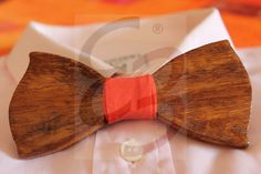 Papillon in legno di pero colorato noce con scavature realizzate a mano e nodo in tessuto