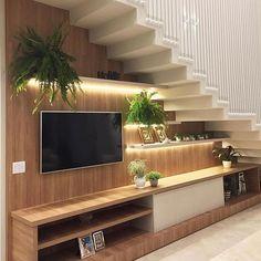 Painel de tv iluminado com fitas de led e que se integra a essa escada com design incrível. Projeto: Priscilla Bailoni Arquiteta . . .…