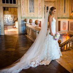As aplicações 3D estão com tudo, e deram um charme especial ao vestido de Talita, assinado por @nanna_martinez, da @whitehall_atelier!💕💕💕Os detalhes do #casamento (que aconteceu em Portugal) estão no site: www.constancezahn.com💻{📷Pedro Vilela } #wedding #destinationwedding #bride #noiva #vestidodenoiva #weddingdress #CZSaoPaulo