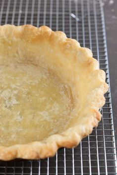 How to Blind Bake a Pie Crust and Prevent Shrinking and Slumping - Pinch My Salt How to blind bake a pie crust and prevent shrinking and slumping when you need a pre-baked crust for cream pies, custard pies, and pumpkin pies. Blind Bake Pie Crust, Baked Pie Crust, Frozen Pie Crust, Pie Dough Recipe, Pie Crust Recipes, Mary Berry Pie Crust Recipe, Single Pie Crust Recipe, Pumpkin Pie Crust Recipe, Pie Crust Designs