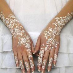 Henné blanc sur les mains pour un mariage