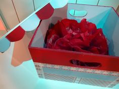Caja circo decorada con papeles HD y flor de papel craft en rojo