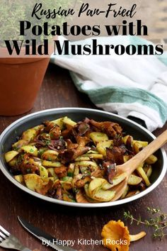 Russian pan-fried potatoes with wild mushrooms, onions, garlic and herbs are super flavorful, hearty and comforting. This easy step-by-step recipe only takes 30 minutes to make! Vegetarian Main Course, Vegetarian Comfort Food, Vegetarian Recipes Dinner, Lunch Recipes, Vegan Recipes, Pan Fried Potatoes, Stuffed Mushrooms, Wild Mushrooms, Happy Kitchen