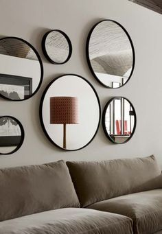 Relooking pas cher et facile : 13 idées bluffantes Accumulation of mirrors in the living room Living Room Mirrors, Living Room Decor, Living Rooms, Mirror Gallery Wall, Gallery Walls, Home Furnishings, Home Furniture, House Design, Interior Design