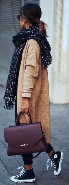 Tenue: Manteau en tricot brun clair, Pantalon chino noir, Baskets montantes en toile noires et blanches, Cartable en cuir bordeaux