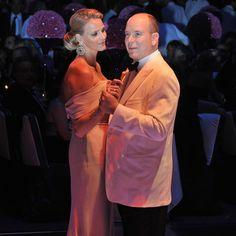 """30. Juli 2010: Fürst Albert II und Charlene Wittstock tanzen auf dem """"Rotes Kreuz""""-Ball in Monte Carlo..."""