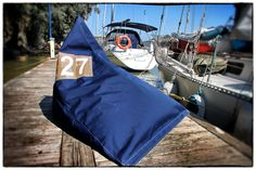 Un puff hecho de forma artesanal con telas náuticas. Super cómodo, resistente y original. Lo hicimos en Sailook para Fernando, un amigo. La foto está tomada en el Puerto de Gelves (Sevilla).