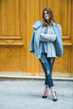 Carolina Cassou, co-founder do e-commerce Gallerist, veste look neutro em tons de cinza com sobreposição de casacos, jeans destroyed e scarpin.