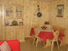 WWW.MOBILIFICIOMAIERON.IT - 0433775330 . Soggiorno, o taverna in legno massello composto da Credenza 2 ante completa, Giropanca 193x133, Tavolo 150 x 80 x 4, 2 Sedie cuore. Euro 1070.
