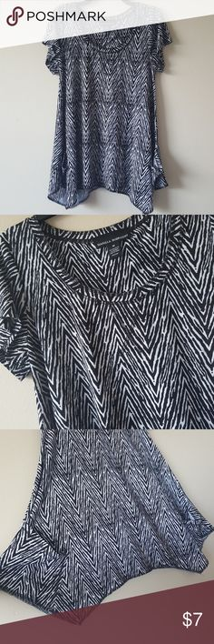 """Beautiful black and white top - Brand is Isabella Rodriguez -Size is Medium  -Color is Black and white -95% Polyester 5% Spandex  -Nice soft stretchy material, flares out on the bottom, and it also has pockets on the sides. -Long enough to wear with leggings (I am 5' 3"""") -Great used condition   **All items come from a smoke free and pet free home  **I ship daily  Feel free to send offers and check out my other items for bundle discounts :)  Have a wonderful day!! Isabella Rodriguez Tops"""