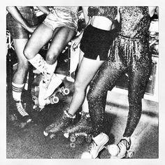 Vintage Roller Disco Web stagram com Roller Derby, Roller Disco, Roller Skating, 70s Fashion, Party Fashion, Disco Night, Disco Disco, Skate Party, Studio 54