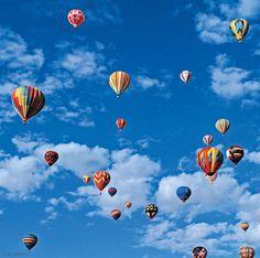 Der Massenstart von Heißluftballons signalisiert oft einen sportlichen Wettbewerb, zu dem die älteste menschliche Luftfahrt weltweit aufgestiegen ist. Dabei sollen Aufgaben bestmöglich gelöst werden, etwa ein vorgegebenes Ziel mit einem Farbbeutel zu markieren |  Art.-Nr.: 212-072 Wettfliegen | Foto: © Eric Meola/Getty Images | Text: Rolf Bökemeier