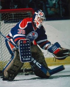 When you think of the goaltending of the Edmonton Oilers throughout the Grant Fuhr is the first name you think of. That is the correct answer, but Andy Moog had a lot of great moments in the pipes for Edmonton during that same era. Ice Hockey Teams, Hockey Goalie, Hockey Games, Hockey Stuff, Boston Bruins Hockey, Goalie Mask, Edmonton Oilers, National Hockey League, Hockey Players